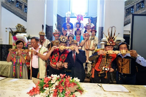 Museum officials and representatives of the 16 indigenous tribes in Taiwan toast to their new partnerships with conjoined wooden cups (連杯).