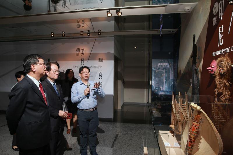 文化部次長李連權及國史館館長陳儀深參觀「美麗印尼」展區
