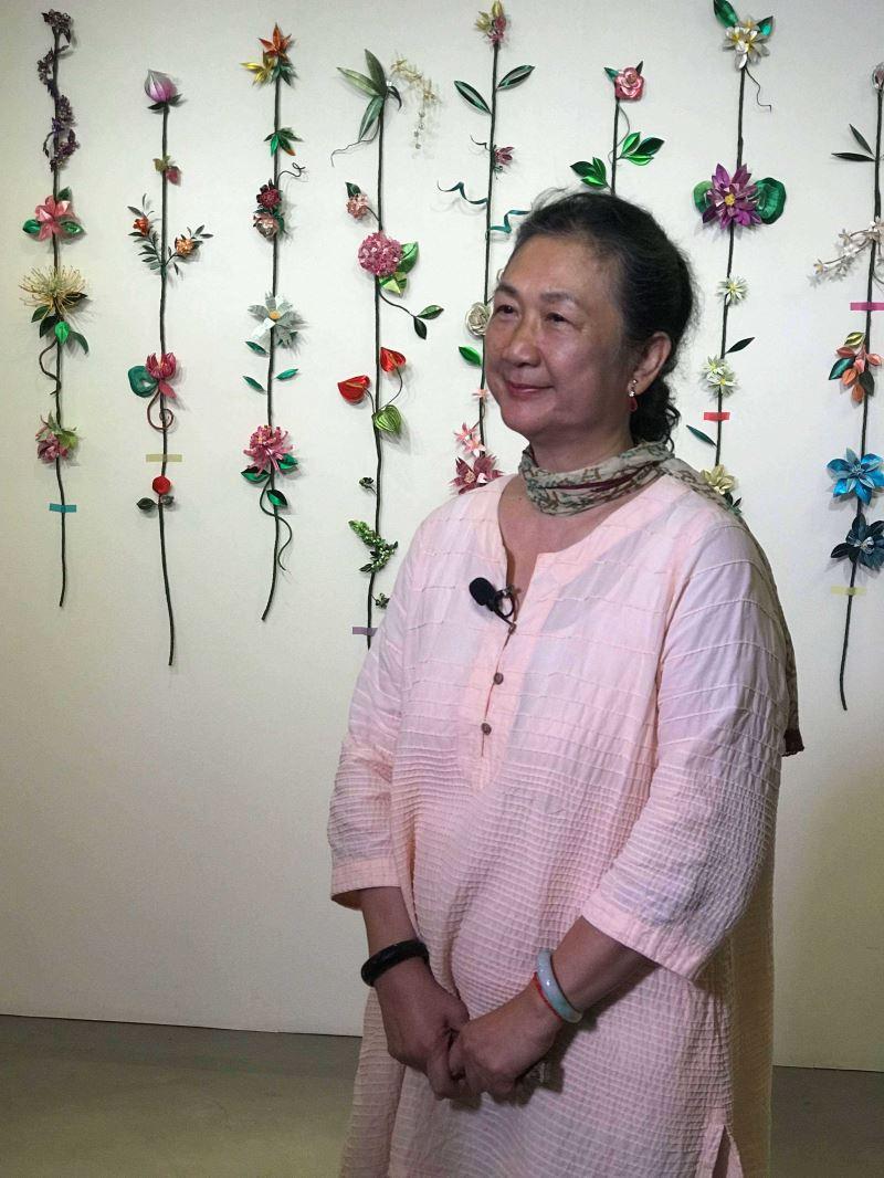 陳惠美老師與其創作「朵朵」合影.