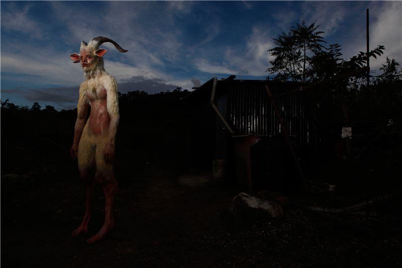 黃贊倫〈衍練 David〉2013 FRP、機件、仿皮草、羊角 200×200×80 cm