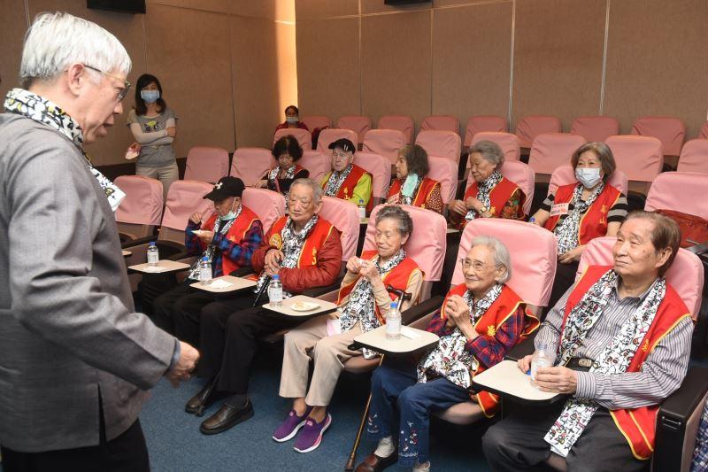 今日參訪國父紀念館10位高齡長者,5位百歲人瑞,其中109歲的何潔梅奶奶(前排右2)為台北市最高齡長者,也創下最高齡參訪本館的紀錄
