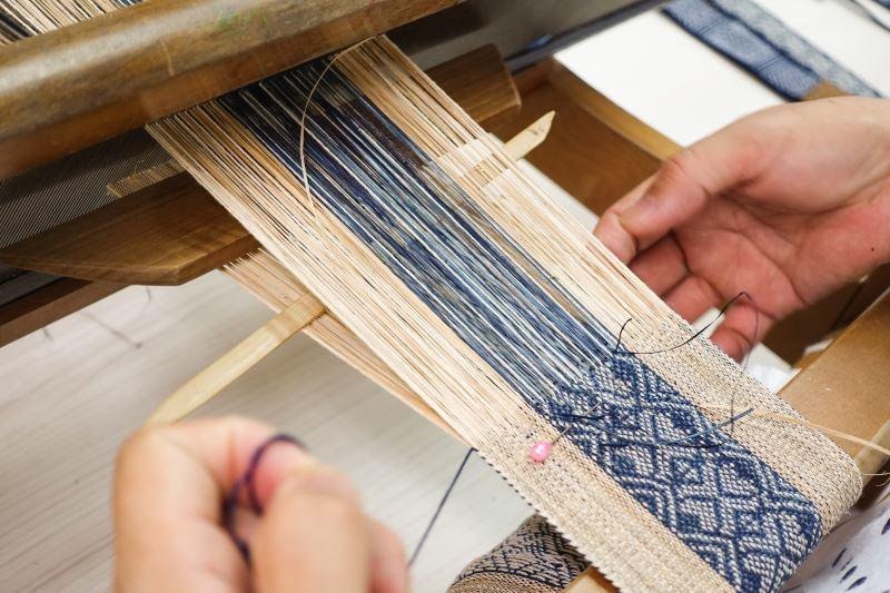 編織香蕉絲非常需要耐心,也成為香蕉絲編織工藝推廣最大的考驗。