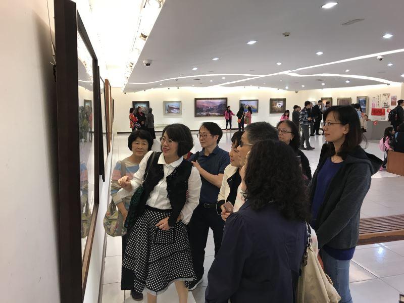 民眾觀賞「淨境—尤雪娥油畫創作展」