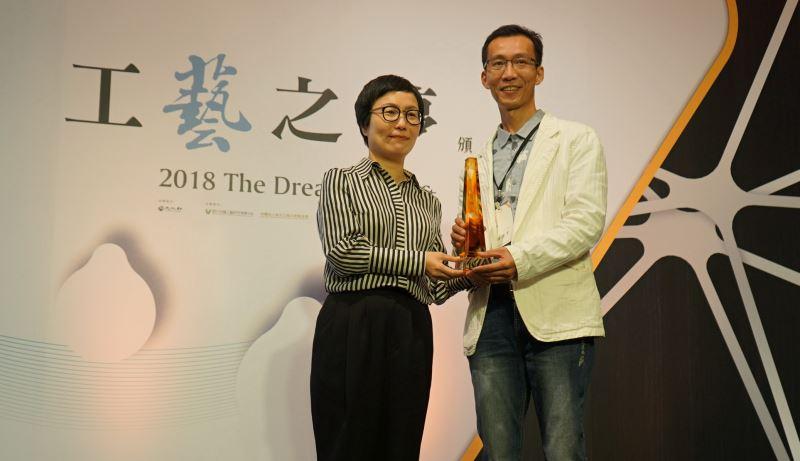 文化部丁曉菁次長(左)頒發美術工藝組一等獎獎盃予林港平先生