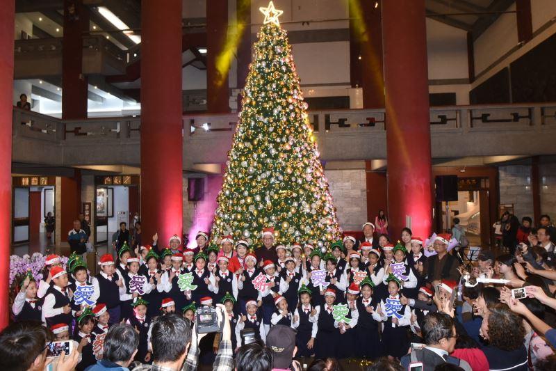 國父紀念館大廳首次裝置2萬多顆LED的6米高耶誕樹