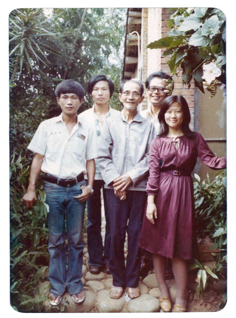 展品:1974年18歲的韓良露(右一)與友人拜訪楊逵(中),進行研究的學者林瑞明(右二)亦入鏡合影。