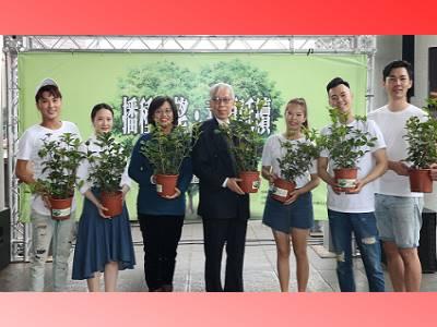 梁永斐館長與慈心基金會程禮怡、林宜婕等舞者合影