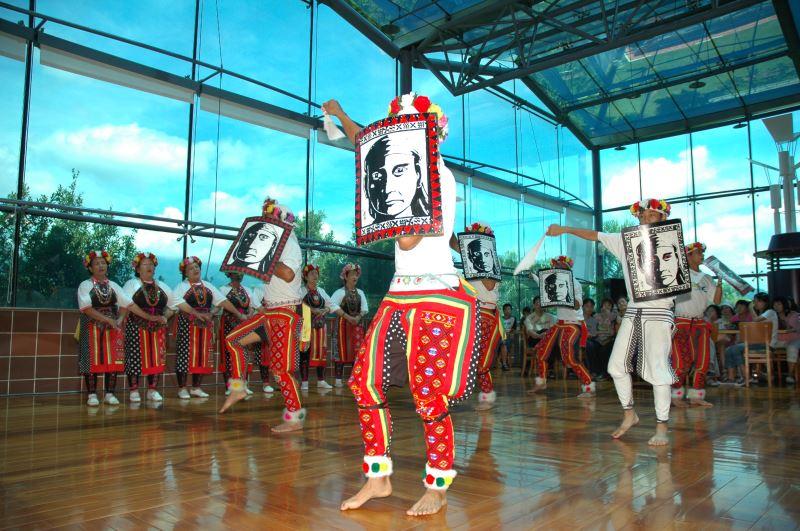 民國95年高山舞集受邀於史前館玻璃屋餐廳進行樂舞展演
