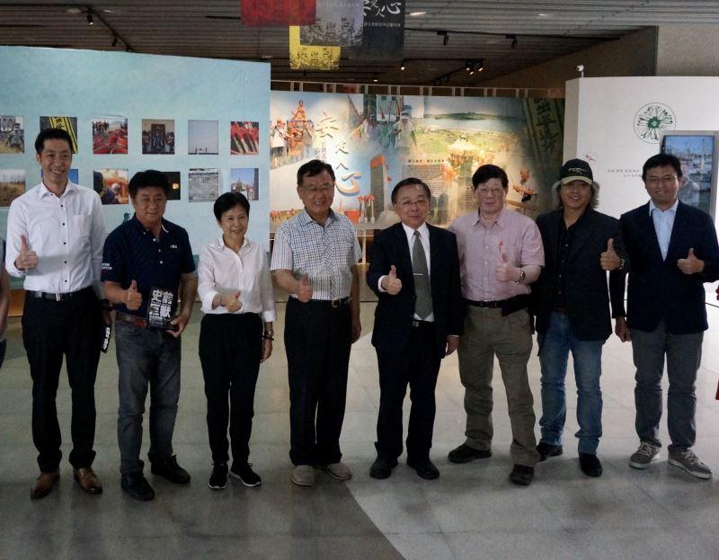 圖1澎湖縣長賴峰偉(左4)及臺博館長洪世佑(左5)等人出席「史前巨獸-古生物特展」開幕活動