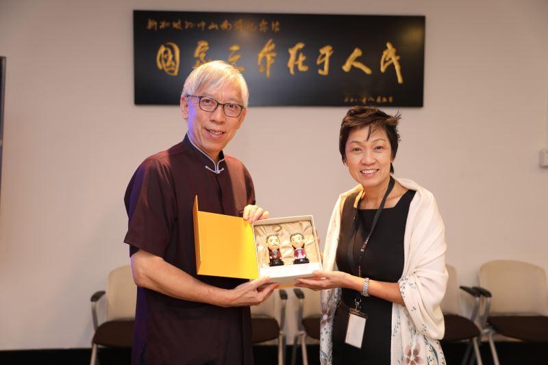 國父紀念館梁永斐館長致贈新加坡晚晴園羅冰玲館長文創紀念品