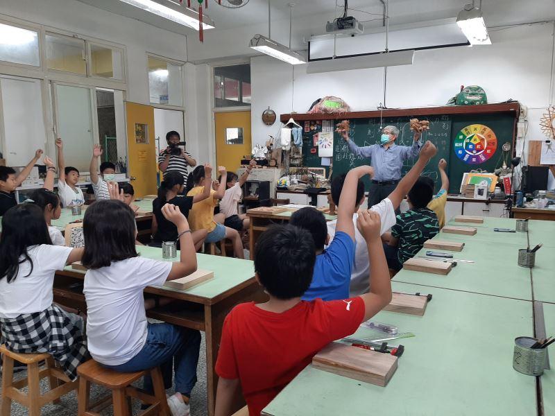01-吳適為老師告訴同學們獅座的小常識。