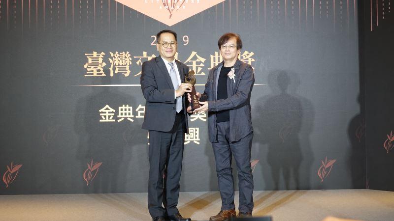 文化部次長彭俊亨(左)贈獎予2019臺灣文學金典獎年度大獎得主張貴興(右)