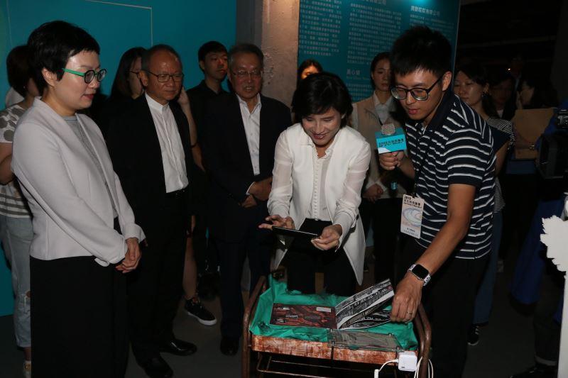 文化部長鄭麗君體驗羊王映式有限公司的作品「印象中的角落AR立體概念書」