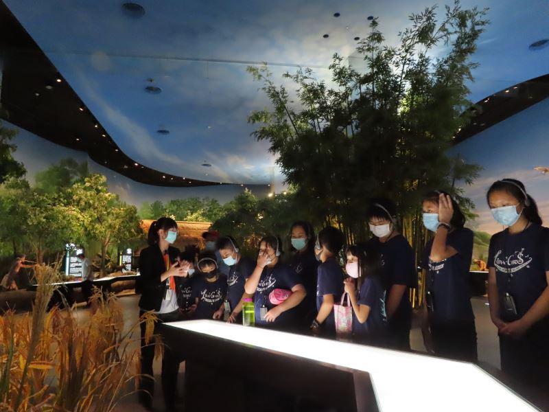 學童參觀考古館第二展廳