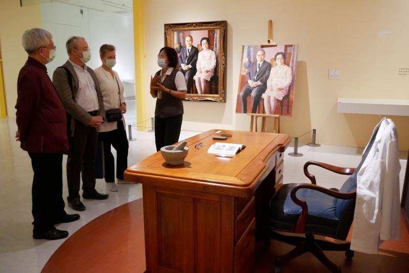 俄羅斯駐台代表白樂賢伉儷參訪國美館當期特展