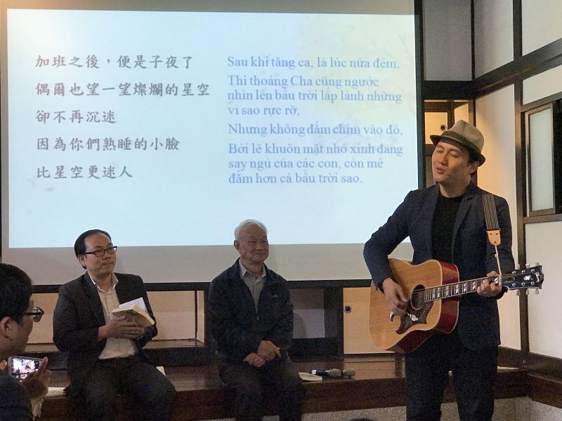 (左起)阮清風、吳晟、吳志寧。獨立音樂歌手吳志寧為父親吳晟演唱。