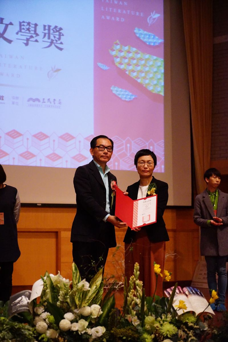 Lin Chun-ying (left), Best Novel award recipient.