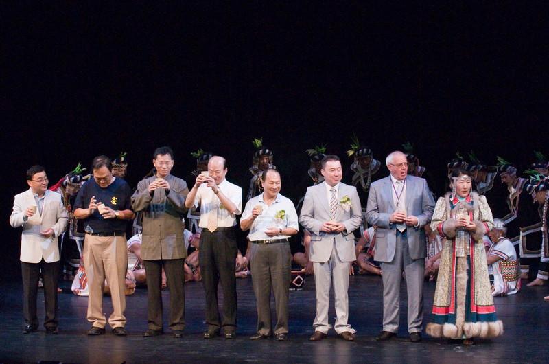 與來自各國的佳賓一同舉行開幕儀式