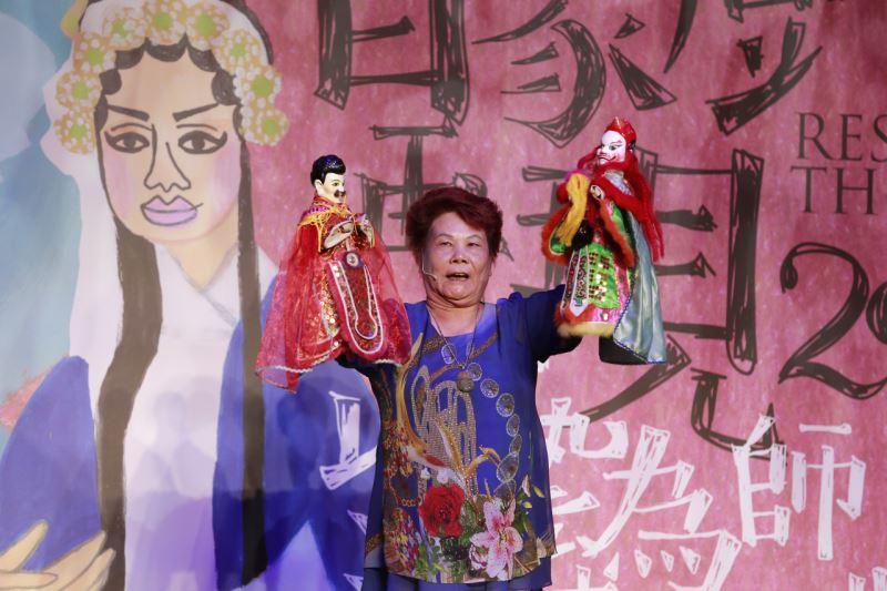 蕭建平電視木偶劇團蕭秀鳳藝師以傳統偶示範操偶技巧-2