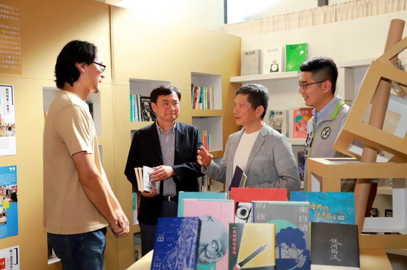 文化部長李永得(右2)、立法委員黃國書(左2)參觀「獨字來臺中」獨立出版書展