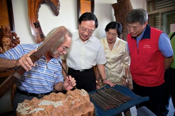 Shih Chen-yang, winner of the 2009 National Crafts Achievement Award, demonstrates his craftsmanship.