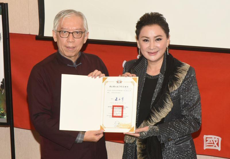 國父紀念館梁永斐館長贈送感謝狀予知名藝人陳亞蘭女士