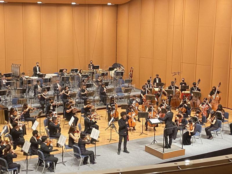 金曲三冠王桑布伊在「NTSO數位音樂廳」直播音樂會上獻唱《椏幹-青年之歌》、《如在天堂》、《卑南山》等多首原住民歌謠,讓4K5G將他高亢的歌聲傳送到各角落。