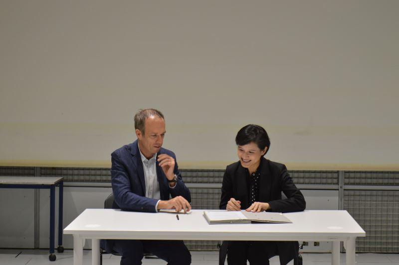 文化部長鄭麗君(右)9月中旬親赴法國,與法國音樂與聲響研究中心(IRCAM)  總監馬德內(左)共同簽署合作意向書,確立將合作於C-LAB設立聲響實驗室。