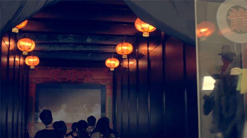 以立體投影呈現《龍泉俠大戰謎霧人》武打橋段。