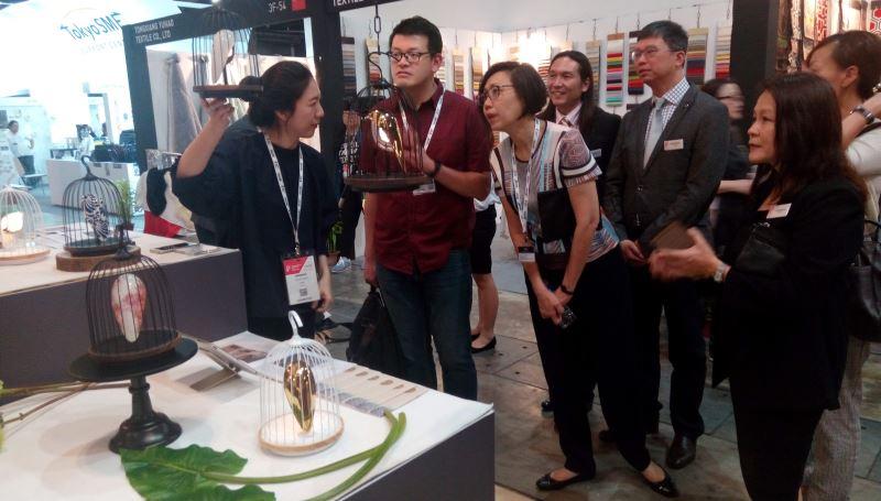 「大器創意」主打無線播音的LED鳥籠-「間關」,連商展大會主席與其團隊特意前來詢購。