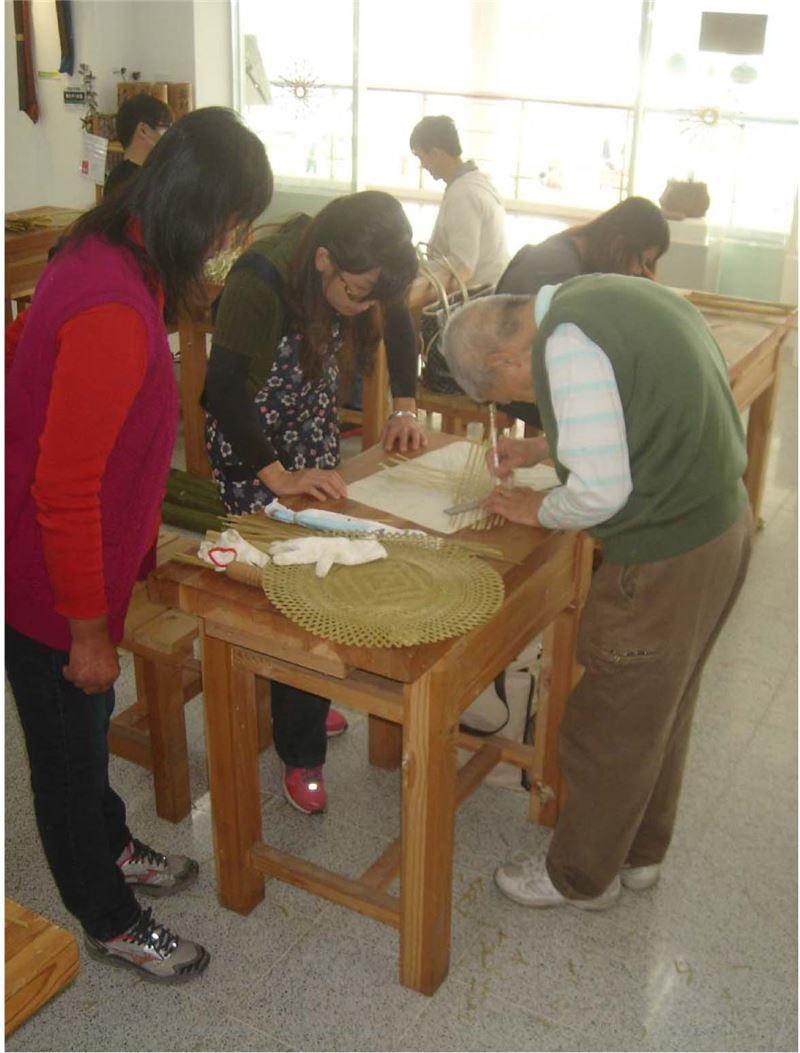 竹編工藝基礎班-老師指導學員竹材編織法