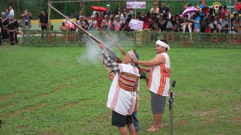 射耳儀式首先由長老示範,接著再換被選中的男孩。