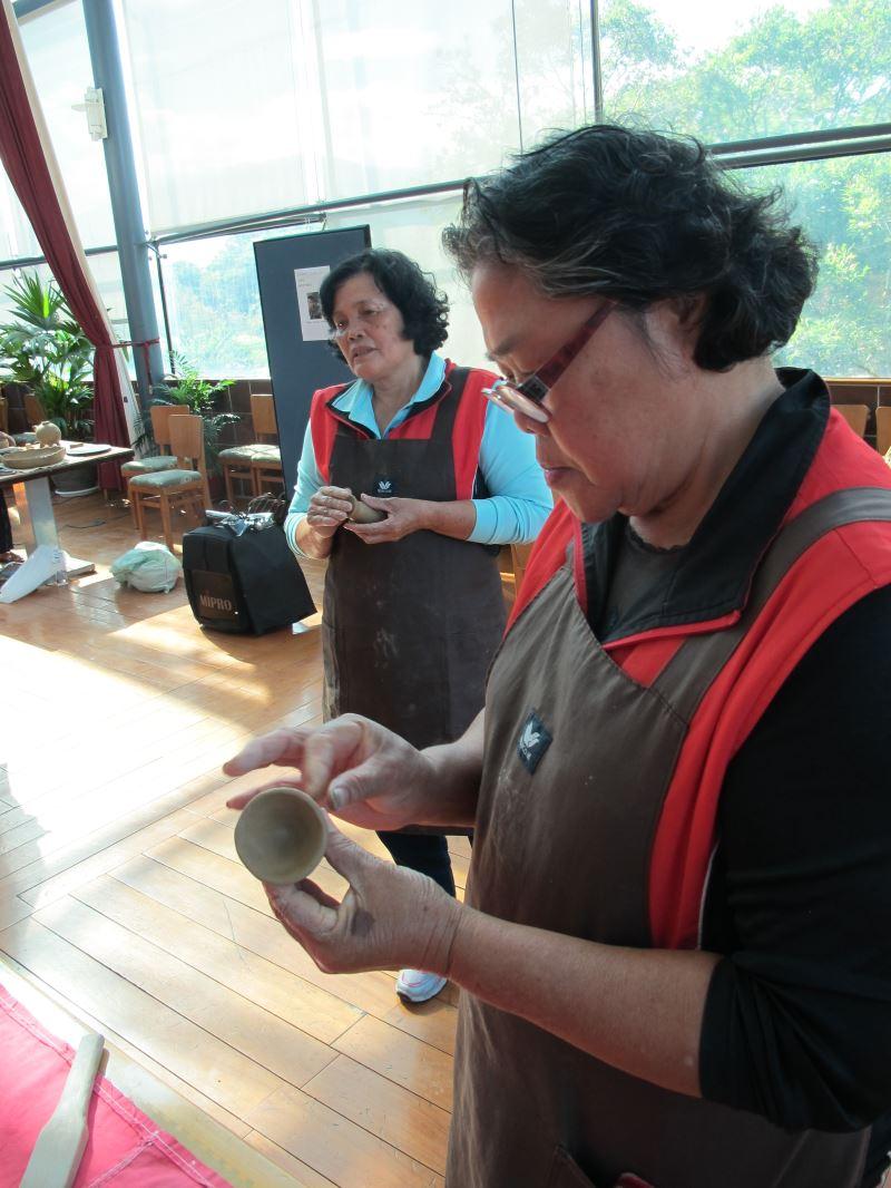 阿美族阿利客工作室示範傳統祭杯製作