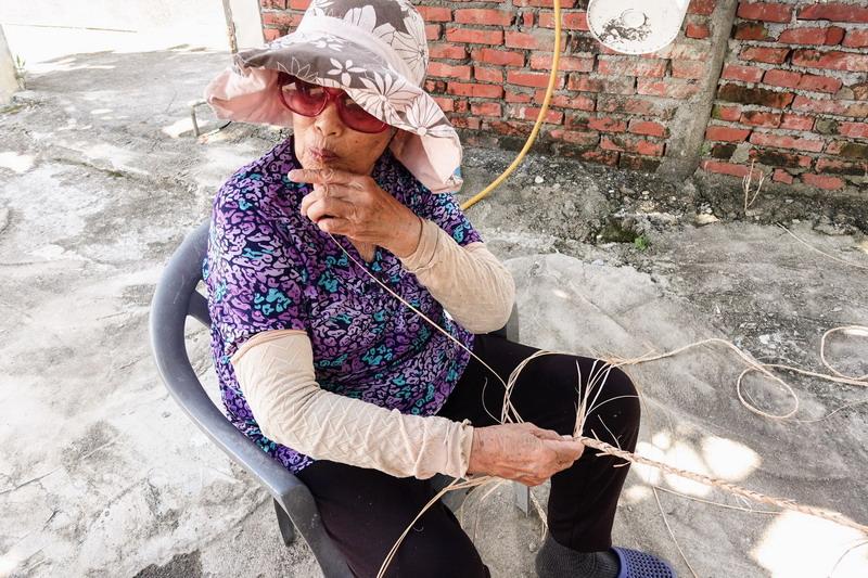 由部落耆老傳授月桃編織的技法,並嘗試跳脫傳統展現月桃的新面貌
