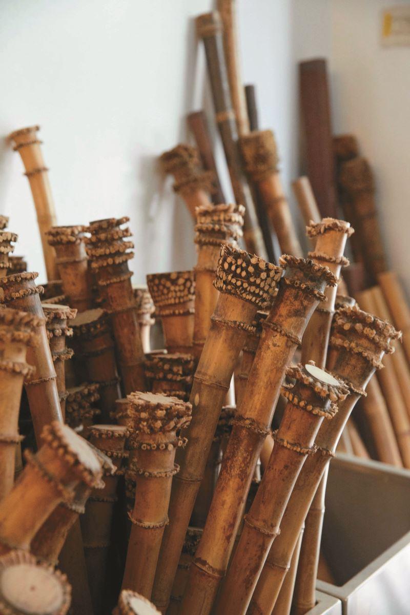堆積在李亮勳工作室中數百支等待熟成的竹子,從採收到製作都要放置3~4年以上。