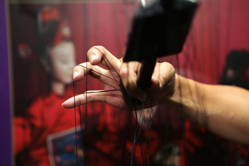 操偶基本理線技法有鉤線、拉線、壓線、夾線、挑線等,圖為夾線的手部動作。