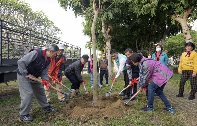 國美館梁永斐館長(左3)與參與代表合力鏟土