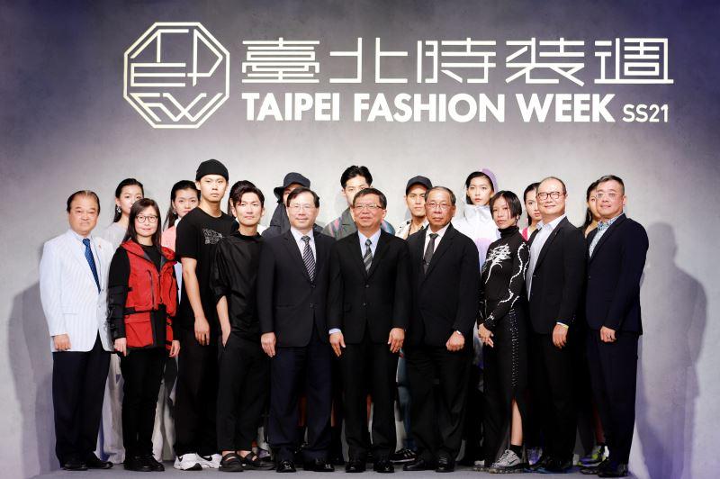 文化部次長李連權(右5)及經濟部次長林全能(左5)、與會貴賓、設計師等合影