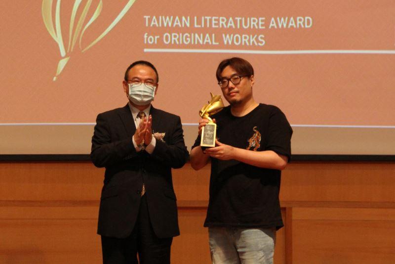 (左)文化部次長蕭宗煌贈獎給(右)劇本創作獎得主馮勃棣