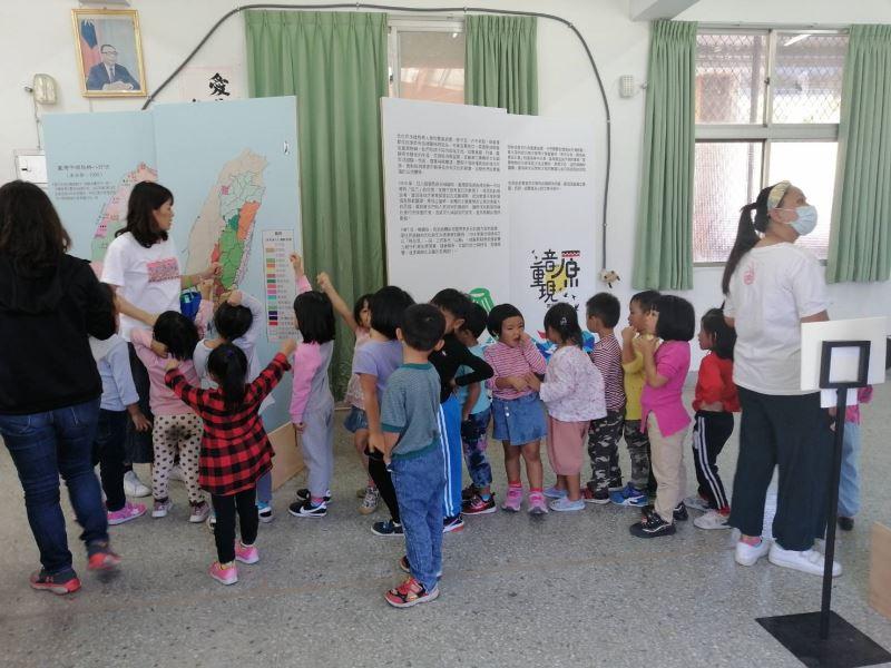 台南市德光高中場次小朋友觀看展版