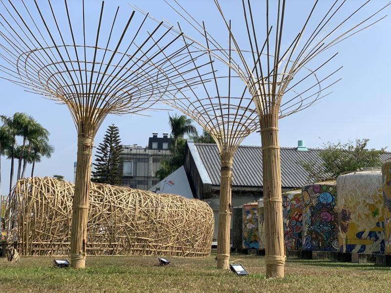 位於園區入口的「品.文資」-「歡樂樹」向上綻開,象徵新的一年步步高升