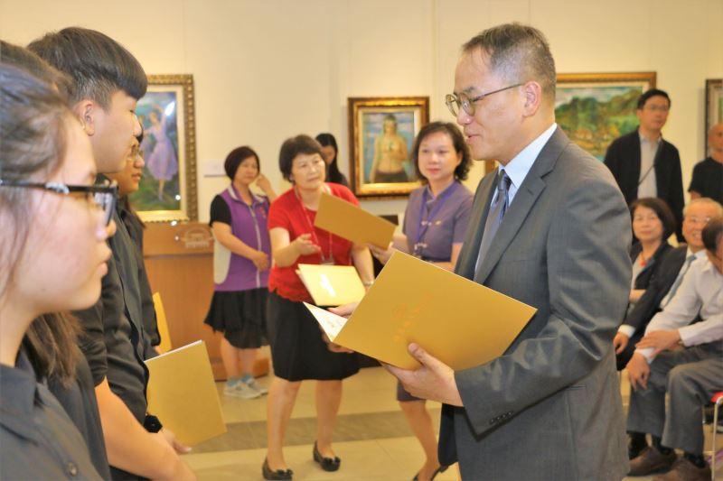 文化部政務次長彭俊亨代表頒發感謝狀給莊敬高中演出學生
