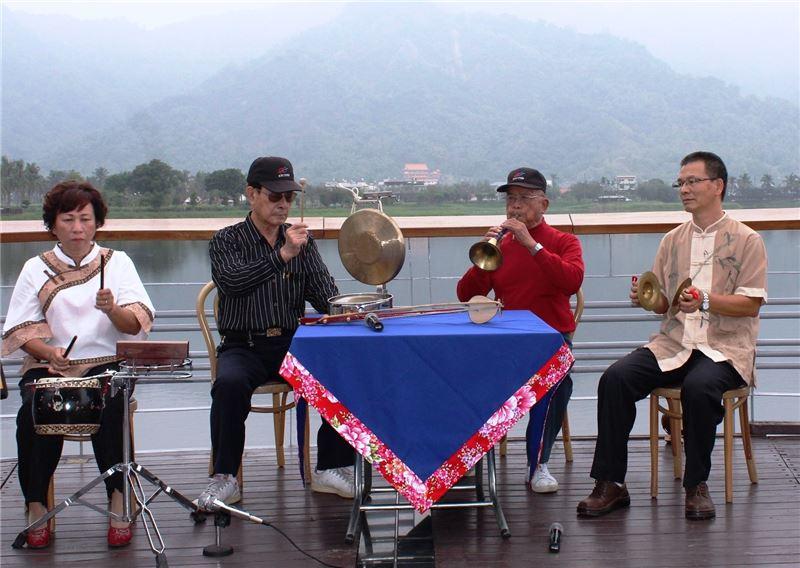 高雄美濃地區的客家八音維持著傳統四人組的演奏形態,一人吹嗩吶,二人拉弦樂器,一人負責打擊樂器,如同精美的室內樂團演奏。