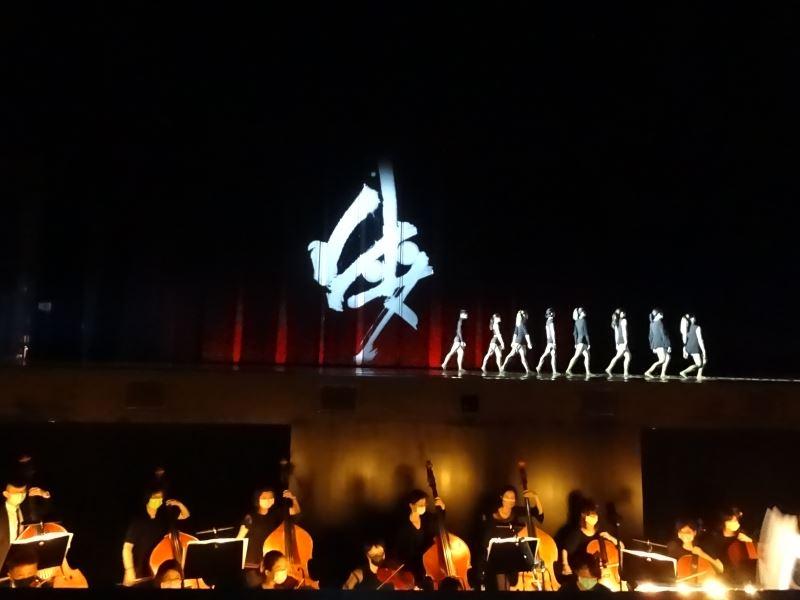 「《普羅米修斯的創造》舊樂與新舞」結合貝多芬交響音樂、現代舞及書法多媒體呈現,整齣作品以書法家蕭世瓊「俠」字展開英雄的故事