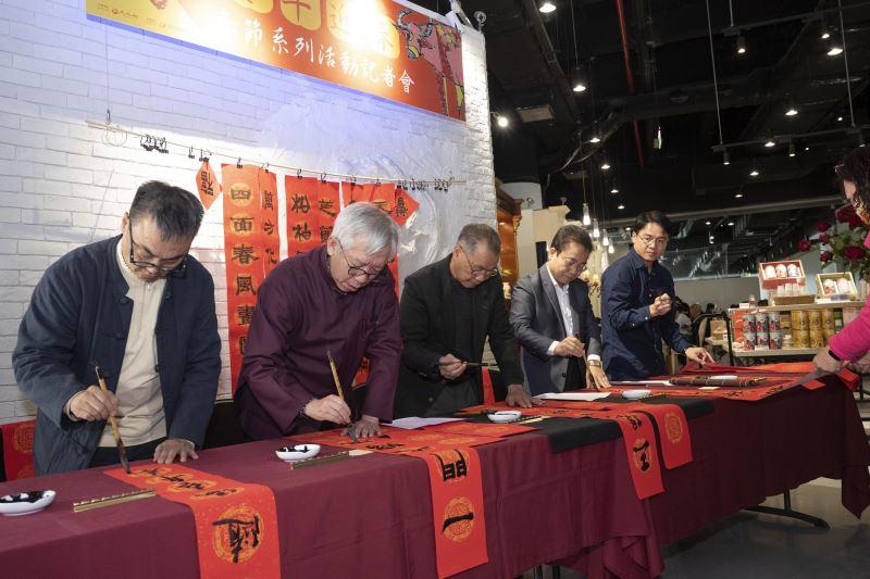 國美館梁永斐館長(左二)與書法家(左起)蕭世瓊、李毂摩、林榮森及吳啟林現場揮毫