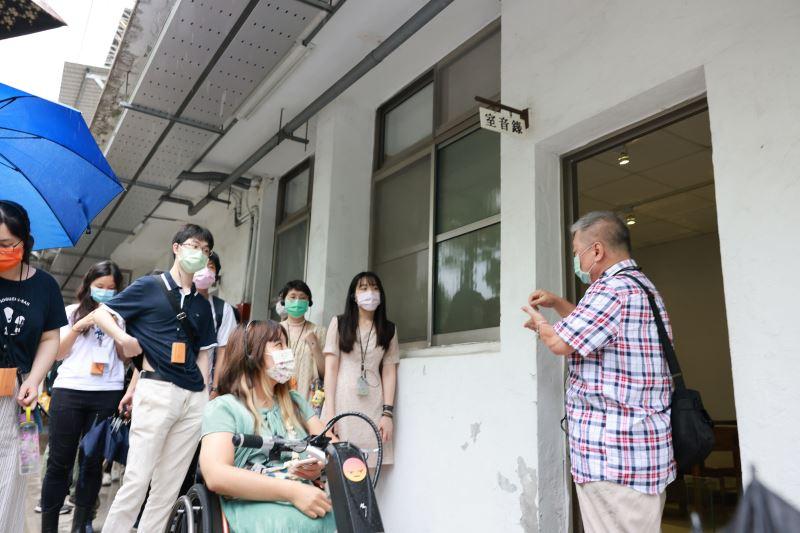 政治受難者呂昱前輩會後為民眾導覽景美園區,並分享自身經驗及對許席圖之認識