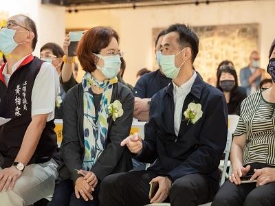 國父紀念館王蘭生館長(左)與高雄市政府文化局簡美玲副局長歡敘。