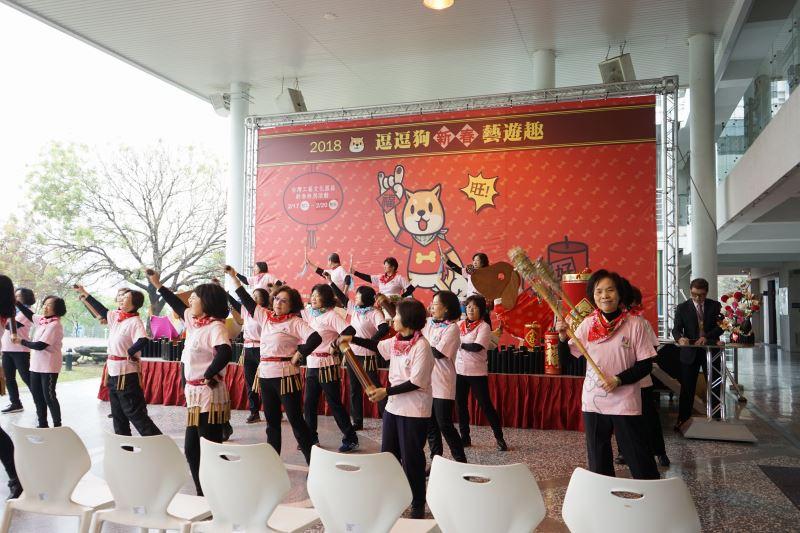 工藝中心志工團的打擊樂團表演