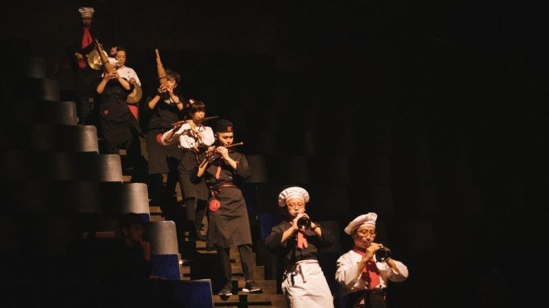 平時正襟危坐的國樂團演奏家們走向台前、釋放肢體,展現無與倫比的敬業與熱情。