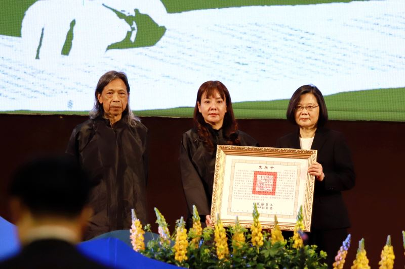 The later writer's son Chung Yen-wei (鍾延威) and his wife accept the honors from President Tsai Ing-wen.